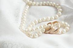 Perlen und Hochzeitsknalle. lizenzfreie stockfotografie