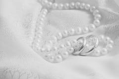 Perlen und Hochzeitsknalle. Schwarzweiss. lizenzfreie stockfotos