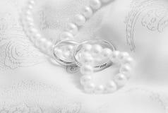 Perlen und Hochzeitsknalle. Schwarzweiss. Lizenzfreie Stockbilder