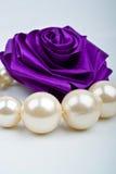 Perlen und künstliche Rosen stockfotografie