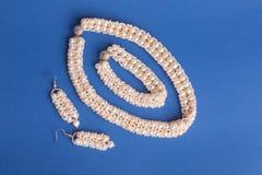 Perlen und Perlen auf blauem Hintergrund Stockfotos