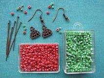 Perlen und Stücke für die Herstellung von Ohrringen, handgemachter Schmuck Stockbild