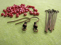 Perlen und Stücke für die Herstellung von Ohrringen, handgemachter Schmuck Lizenzfreies Stockbild