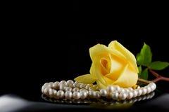 Perlen und stiegen Stockfoto