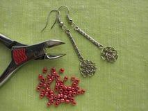 Perlen und Werkzeuge für die Herstellung von Ohrringen, handgemachter Schmuck Lizenzfreie Stockbilder