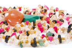 Perlen von verschiedenen Steinen auf einem weißen Hintergrund Lizenzfreie Stockfotografie