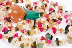 Perlen von verschiedenen Steinen auf einem weißen Hintergrund Stockfotografie