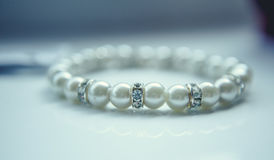 Perlenarmband auf weißem Hintergrund stockbilder