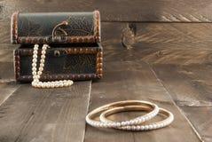 Perlenarmband und Weinlesekasten mit Schmuck Lizenzfreies Stockbild