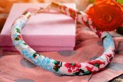 Perlenbesetzte Halskette mit der Geschenkverpackung lizenzfreie stockbilder