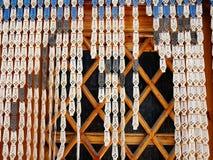 Perlenbesetzter Vorhang, religiöse Motive Stockfoto