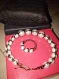 Perlenbesetztes Armband und Ring lizenzfreie stockbilder