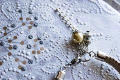Perlencharme auf einem hellen Hintergrund lizenzfreies stockfoto