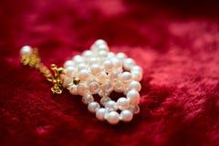 Perlenhalskette auf Plüschrotmaterial Lizenzfreies Stockfoto