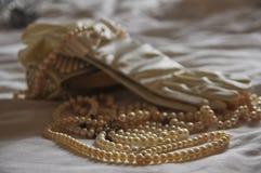 Perlenhalskette eines Handschuhs und der Handtasche stockbilder