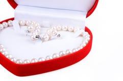 Perlenhalskette im Geschenkkasten Stockfoto