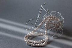 Perlenhalskette im Licht Lizenzfreie Stockbilder