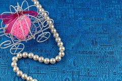 Perlenhalskette mit blauem Satinhintergrund Stockfotografie