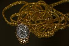 Perlenhalskette mit Jungfrau- Mariaikone stockbild