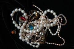 Perlenhalsketten und -ringe mit Gläsern von Indien lizenzfreie stockfotos