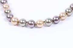 Perlenkette im weißen Hintergrund Stockfotografie