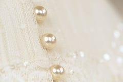 Perlenknöpfe auf einem Hochzeitskleid Stockbild