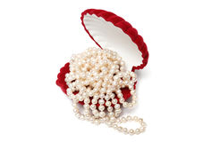 Perlenkorne im roten Kasten Stockbilder