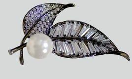 Perlenohrringe auf der Hand stockbilder
