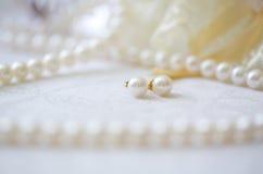 Perlenohrringe und -Perlenschnur Lizenzfreie Stockfotografie