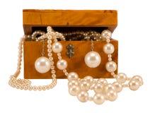 Perlenschmucksachen im Retro- Isolat des hölzernen Kastens auf Weiß Lizenzfreies Stockfoto