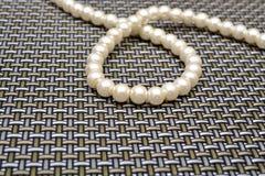 Perlensilber auf Musterhintergrund Lizenzfreie Stockbilder