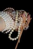 Perles chez la main des femmes Images libres de droits