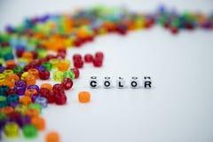 Perles colorées d'isolement sur le fond blanc photos stock