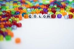 Perles colorées d'isolement sur le fond blanc image libre de droits