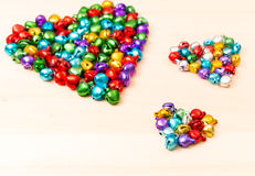Perles colorées dans en forme de coeur Photo libre de droits