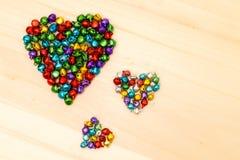 Perles colorées dans en forme de coeur Images stock