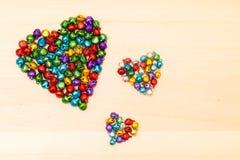 Perles colorées dans en forme de coeur Photos libres de droits