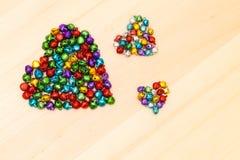 Perles colorées dans en forme de coeur Photos stock