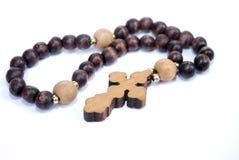 Perles d'église avec une croix en bois sur un fond blanc Accessoires d'église aux prières de lecture photos stock