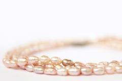 Perles d'eau douce roses de collier images libres de droits