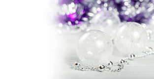 Perles d'or et jouets pourpres Photographie stock