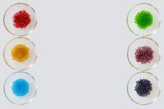 Perles dans des bols en verre ; un arc-en-ciel de couleur Images stock