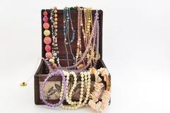 Perles dans un coffre de luxe de vintage et de divers bijoux Image stock