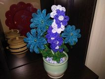 Perles de bijoux de fleurs dans des pots sur un fond foncé photographie stock