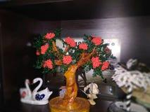 Perles de bijoux de fleurs dans des pots sur un fond foncé photographie stock libre de droits