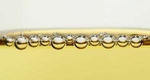 Perles de champagne dans le panorama en verre de plan rapproché Photos stock