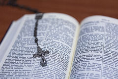 Perles de chapelet et une Sainte Bible Photos stock