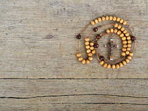 Perles de chapelet sur la table Images stock