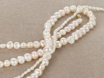 Perles de perle sur le velours mou Image libre de droits