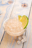 Perles de tapioca avec la limette. thé de bulle Photo stock